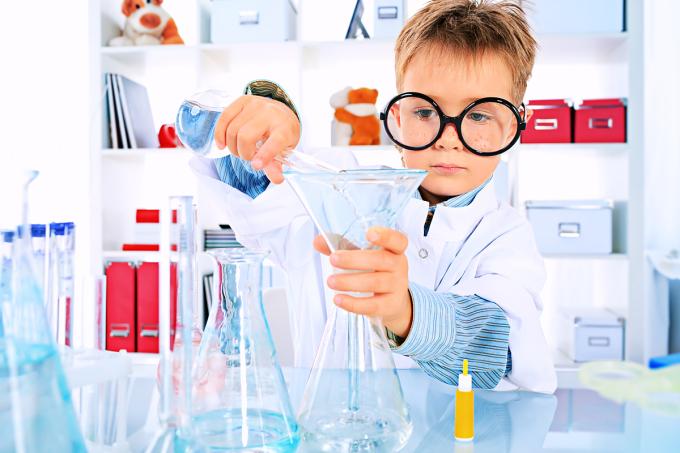 Cha mẹ nên tạo điều kiện cho trẻ thực hành, cho con tự khám phá từ các hiện tượng đơn giản.