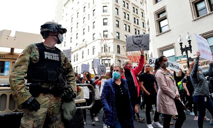 Người biểu tình diễu hành trên phốBoston, bang Massachusetts, hôm 7/6. Ảnh: AFP.