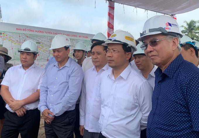Thứ trưởng Nguyễn Nhật, Bộ Giao thông Vận tải (Thứ hai từ phải sang) đánh giá cao việc chủ đầu tư thi công 50% khối lượng cao tốc Trung Lương - Mỹ Thuận. Ảnh: An Nam
