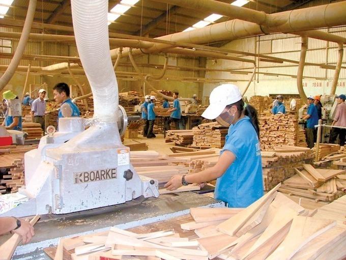 Công nhân một công ty sản xuất gỗ ở Bình Dương. HHGBD.