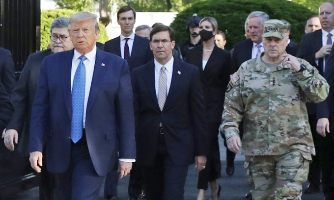 Tướng Milley (phải) mặc quân phục ngụy trang đi cùng Tổng thống Trump và các quan chức cấp cao tới nhà thờ St. John hôm 1/6. Ảnh: Reuters.
