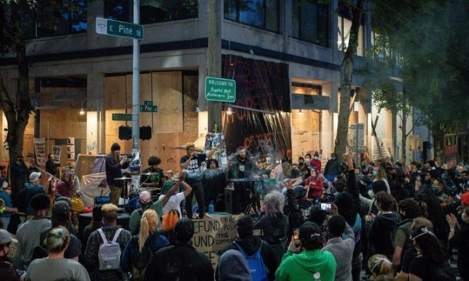 Người biểu tình tập trung tại khu tự trị Capitol Hill ở thành phố Seattle, bang Washington, Mỹ, hôm 11/6. Ảnh: CNN.