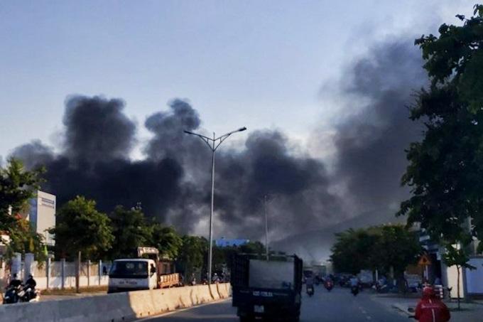 Ngọn lửa bao trùm một đoạn đường Hoàng Văn Thái. Ảnh: Hồ Nam.