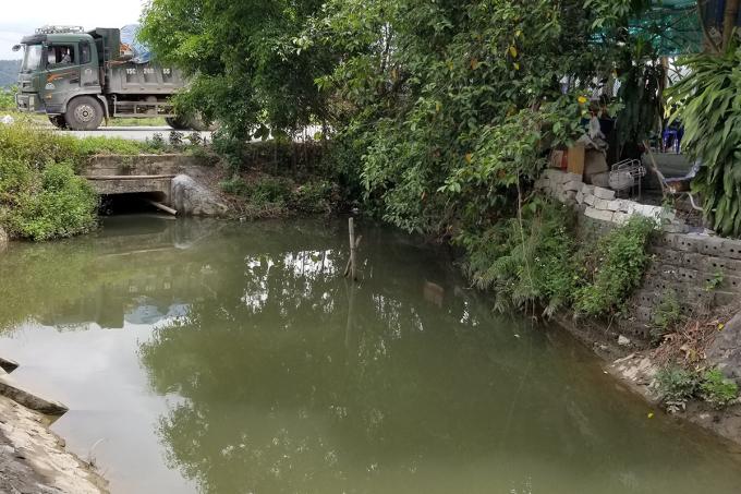 Điều khiến dư luận quan tâm, cơ sở Liêm Sơn đang bị phản ánh sử dụng nước mương ô nhiễm chảy qua khu xưởng để sản xuất nước lọc đóng chai. Ảnh: Giang Chinh