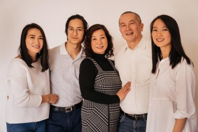 Hương cùng bố mẹ và hai em. Ảnh: NVCC.
