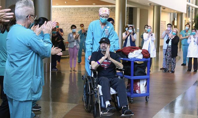 Nhân viên y tế vỗ tay chúc mừngMichael Flor ra viện tạiTrung tâm Y tế Thụy Điển ở thành phốIssaquah, bang Washington, tháng trước. Ảnh:Seattle Times.