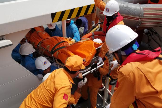 Lực lượng tìm kiếm cứu nạn đưa thi thể các thuyền viên trên tàu cá Thanh Hóa mang số hiệu TH.90282.TS tử vong do bị tàu chở gas đâm chìm trên vùng biển Hải Phòng vào sáng ngày 9/6. Ảnh: Giang Chinh
