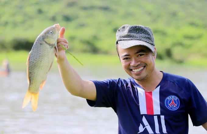 Niềm vui của một người đàn ông khi bắt được cá. Ảnh: Đức Hùng