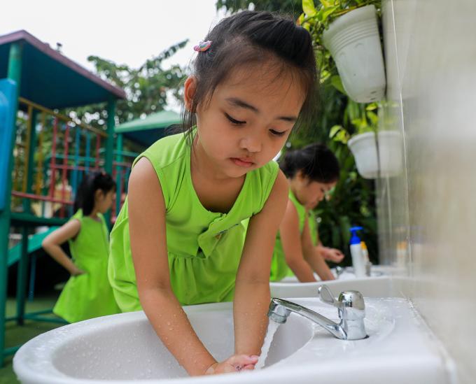 Trẻ mầm non rửa tay trước khi vào lớp học. Ảnh: Quỳnh Trần.