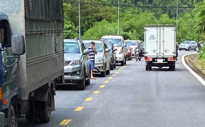 Quốc lộ 20 qua đèo Bảo Lộc kẹt xe nhiều km. Ảnh: Hoài Thanh.