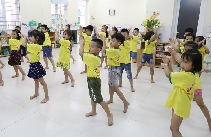 Các bé trường Mầm non Đông Ngạc A (Hà Nội) tập thể dục buổi sáng trên nền nhảy Vũ điệu rửa tay.