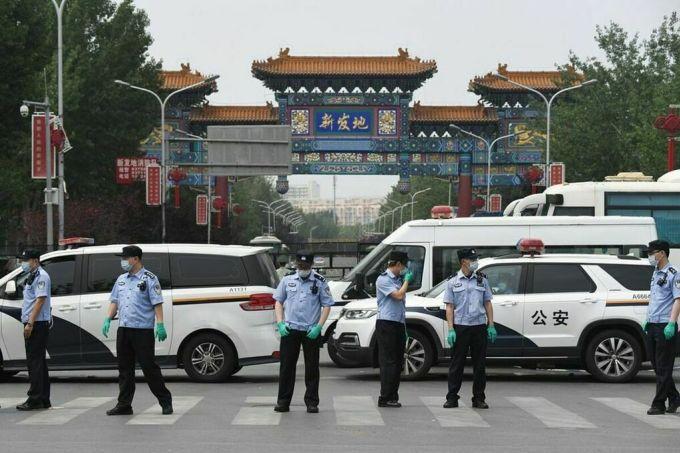 Đội ngũ bảo an bên ngoài cổng chợ Tân Phát Địa, Bắc Kinh, ngày 13/6. Ảnh: AFP