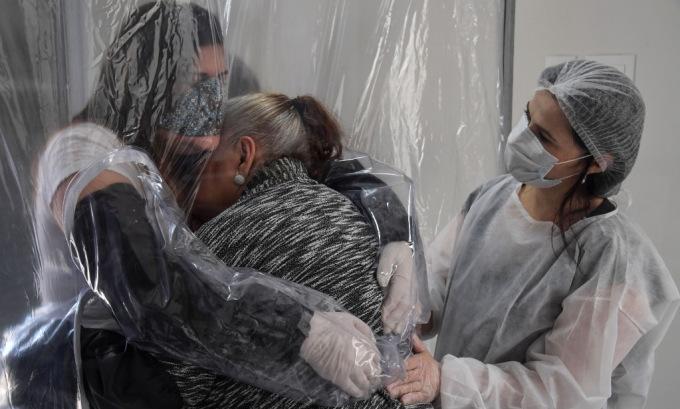 Một gia đình gặp nhau tại nhà dưỡng lão ở Sao Paolo, Brazil, hôm 13/6. Ảnh: AFP.