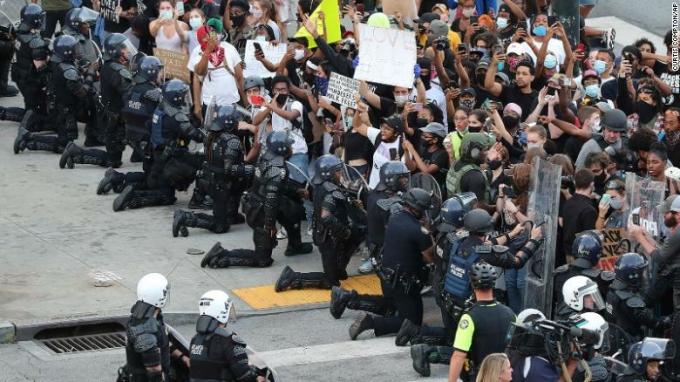 Cảnh sát Atlanta quỳ gối trước người biểu tình hôm 1/6. Ảnh: AP