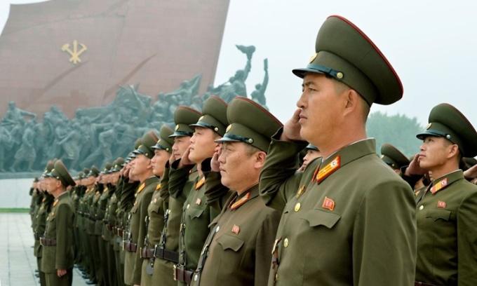Các quân nhân Triều Tiên tại đồi Mansudae ở Bình Nhưỡng hồi năm 2017. Ảnh: AP.