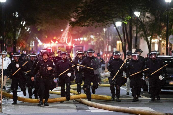 Cảnh sát được triển khai ở thành phố Philadelphia trong cuộc biểu tình liên quan đến George Floyd, hôm 30/5. Ảnh: AP
