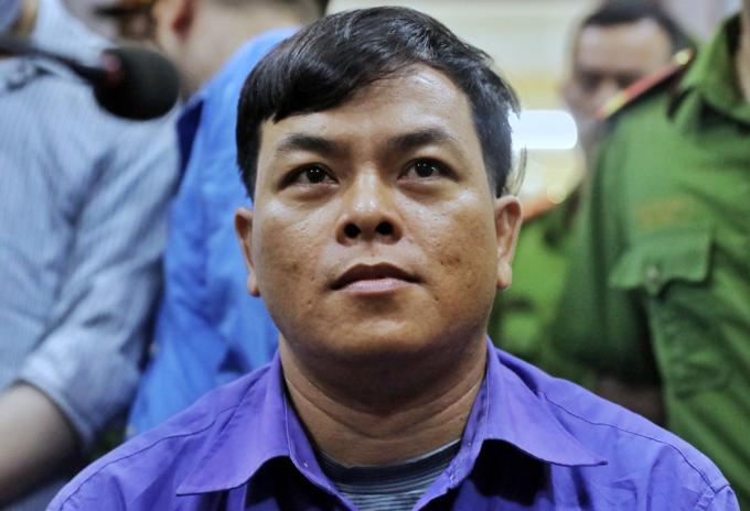 Phúc XO trước ngồi nghe tuyên án. Ảnh: Quỳnh Trần.