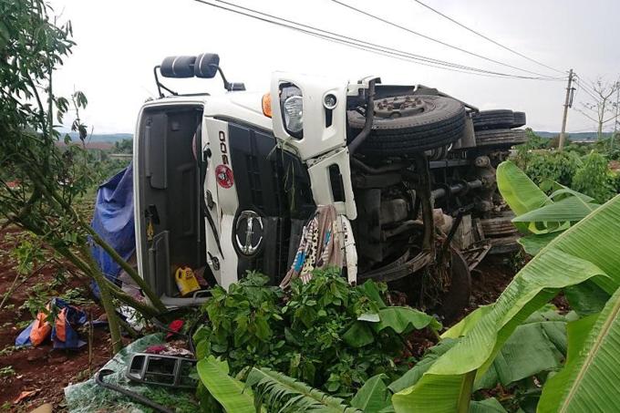 Ôtô chở phân gây tai nạn liên hoàn sáng 13/6. Ảnh: Ngọc Oanh.