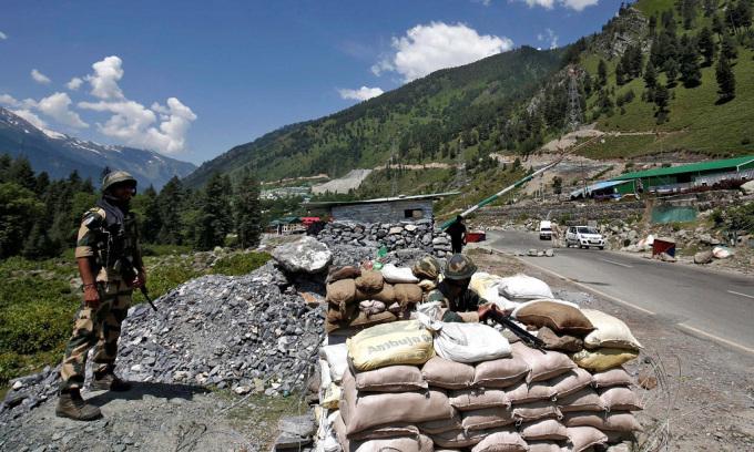 Lính biên phòng Ấn Độ đứng gác tại một trạm kiểm soát trên đường cao tốc đi đếnLadakh, vùng Kashmir, hôm 17/6. Ảnh: Reuters.