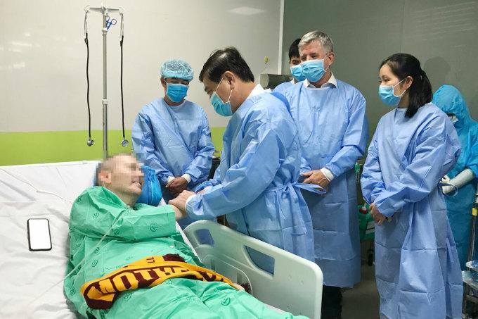 Bệnh nhân phi công người Anh đang điều trị tại bệnh viện Chợ Rẫy (TP HCM). Ảnh: Bệnh viện cung cấp