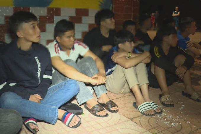 [Nhóm thanh, thiếu niên chuẩn bị hỗn chiến bị bắt giữ. Ảnh: Ngọc Oanh.