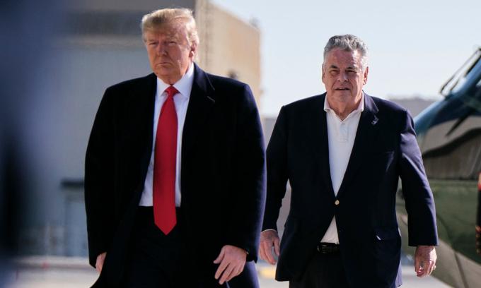 Tổng thống Donald Trump và nghị sĩ Cộng hòaPeter King (phải) tại căn cứ không quânAndrews, ở Maryland, hồi tháng 11/2019. Ảnh:NYTimes.