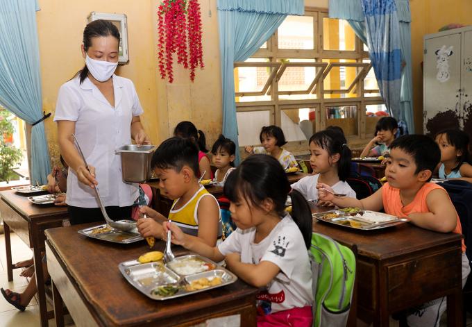 Học sinh bán trú ăn bữa trưa tại trường. Ảnh: Quỳnh Trần.