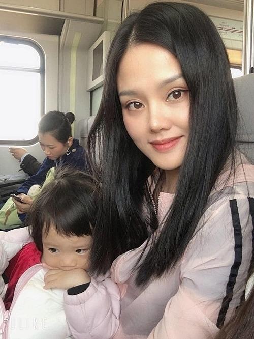 Hà cùng con gái trên tàu điện từ sân bay Bắc Kinh về nhà, sau chuyến về quê nội ở tỉnh Liêu Ninh hồi tháng 4. Ảnh: NVCC.
