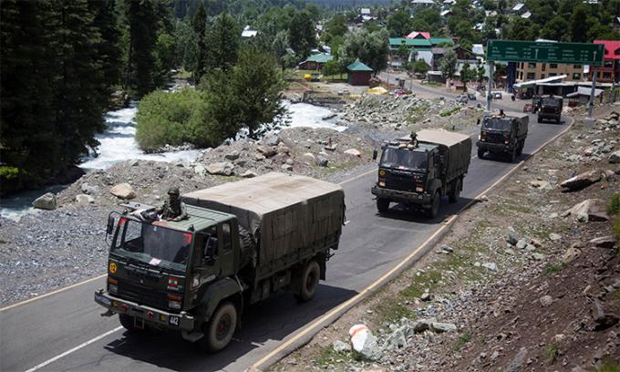 Đoàn xe quân sự Ấn Độ trên đường tới thị trấn Leh, vùng Lakha