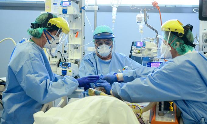 hân viên y tế chăm sóc cho bệnh nhân nhiễm nCoV được điều trị tại Bệnh viện Đức cha Papa Giovanni XXIII tại Bergamo, Italy ngày 3/4. Ảnh: AFP.