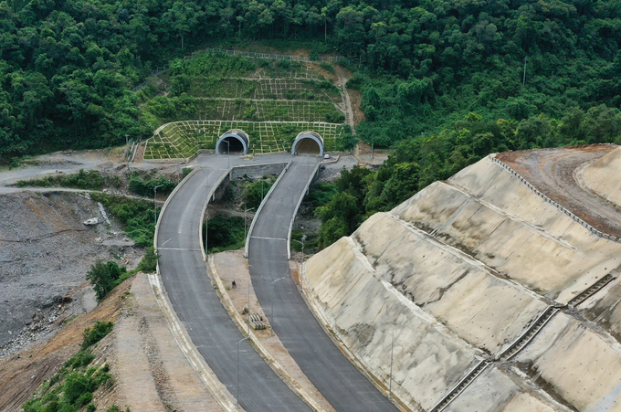 Cao tốc La Sơn - Túy Loan nối tỉnh Thừa Thiên Huế với TP Đà Nẵng có điểm đầu tại ngã ba xã Lộc Sơn, điểm kết thúc ở Túy Loan, huyện Hòa Vang. Tuyến cao tốc có tổng kinh phí xây dựng hơn 11.000 tỷ đồng với 4 làn xe. Ảnh:Võ Thạnh.