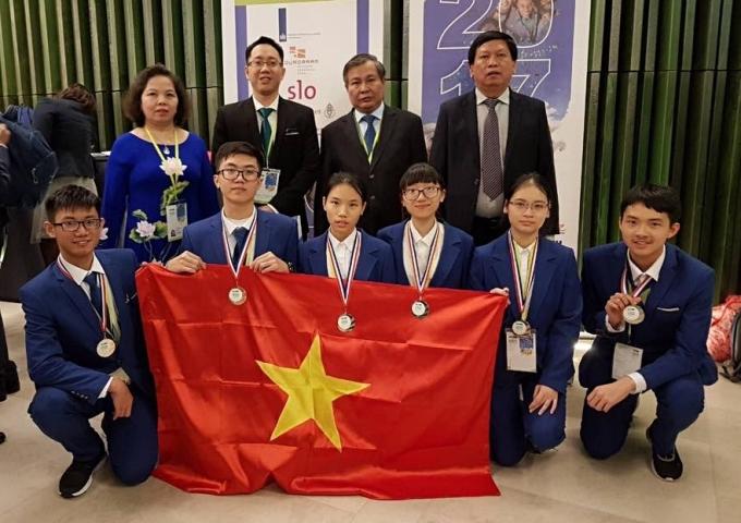 Minh Châu (hàng dưới, thứ tư từ trái qua) cùngđội tuyểnIJSO 2017.Ảnh: Nhân vật cung cấp