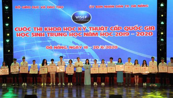 Các học sinh nhận giải tại lễ bế mạc ngày 20/6. Ảnh: MOET.