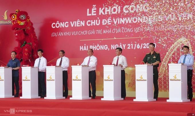 Thủ tướng Nguyễn Xuân Phúc cùng các lãnh đạo Hải Phòng và đại diện nhà đầu tư bấm nút khởi công dự án. Ảnh: Giang Chinh.