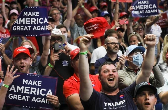 Nhiều người tham dự sự kiện ở Tulsa ngày 20/6 không đeo khẩu trang. Ảnh: Reuters.