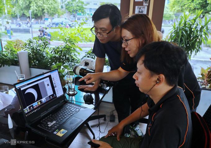 Tại điểm quan sát nhật thực ở TP HCM. Ảnh; Quỳnh Trần.