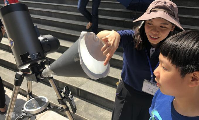 Học sinh quan sát ảnh thu từ phễu lọc qua kính thiên văn. Ảnh: HM.
