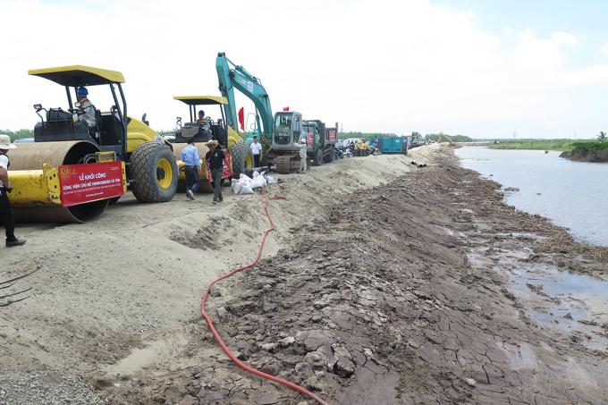 Các phương tiện cơ giới tham gia xây dựng công viên chủ đề tại đảo Vũ Yên. Ảnh: Giang Chinh