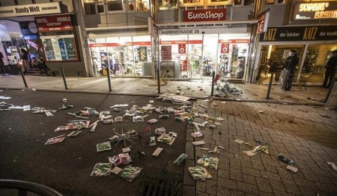 Những món đồ rơi vãi trên đường phố sau khi các cửa hàng bị cướp phá. Ảnh: AFP.