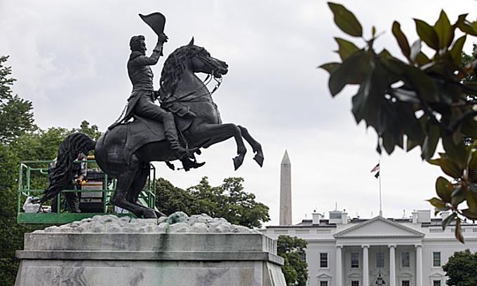 Công nhân vệ sinh tượng Tổng thống thứ 7 của Mỹ Andrew Jackson gần Nhà Trắng ở thủ đô Washington hôm 11/6. Ảnh:AP.