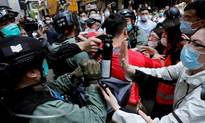 Cảnh sát chống bạo động đối đầu với người biểu tình Hong Kong, ngày 27/5. Ảnh:Reuters.