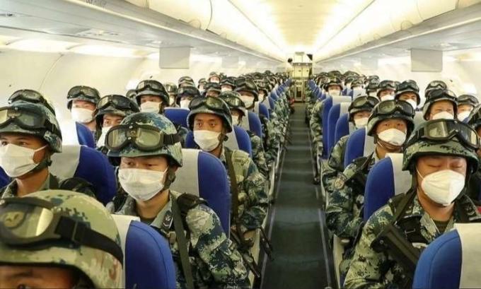 Binh sĩ Trung Quốc lên máy bay đến cao nguyên tây bắc, ngày 6/6. Ảnh: CCTV .
