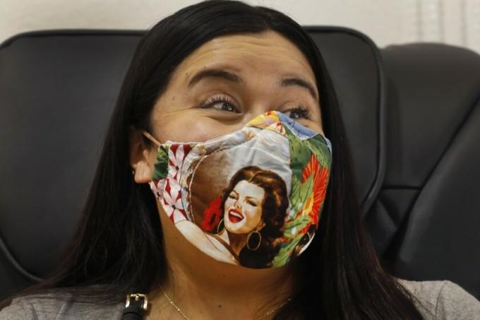 Diana Martinez vui mừng khi tiệm nail cô yêu thích mở cửa lại. Ảnh: LA Times
