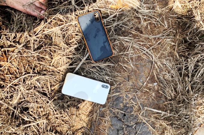 Điện thoại của nạn nhân bị băng cướp lấy đi được cảnh sát thu hổi. Ảnh: Công an cung cấp.