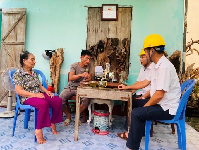 Cán bộ Điện lực Vân Đồn làm việc với gia đình bà Gái ngày 22/6. Ảnh: Hằng Nga