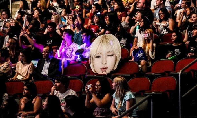 Một nhóm fan hâm mộ K-pop tại sự kiện âm nhạc thường niên KCON năm 2015 ở thành phố Newark, bang New Jersey, Mỹ. Ảnh: NYTimes.