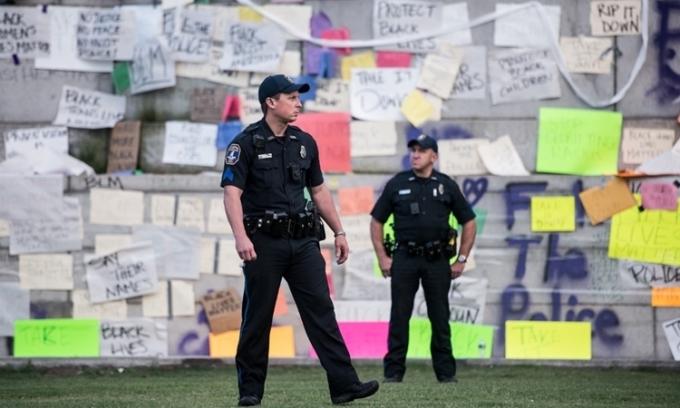 Cảnh sátCharleston bảo vệ khu vực phía dưới bức tượngcựu phó tổng thống MỹJohn Caldwell Calhoun hôm 17/6. Ảnh: AFP.