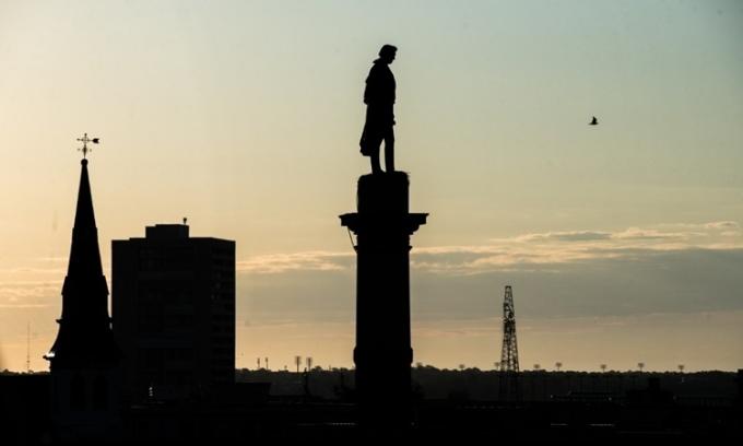 Tượng cựu phó tổng thống MỹJohn Caldwell Calhoun trên độ cao 30m ở quảng trườngMarion, thành phốCharleston, bangNam Carolina, hôm 17/6. Ảnh: AFP.