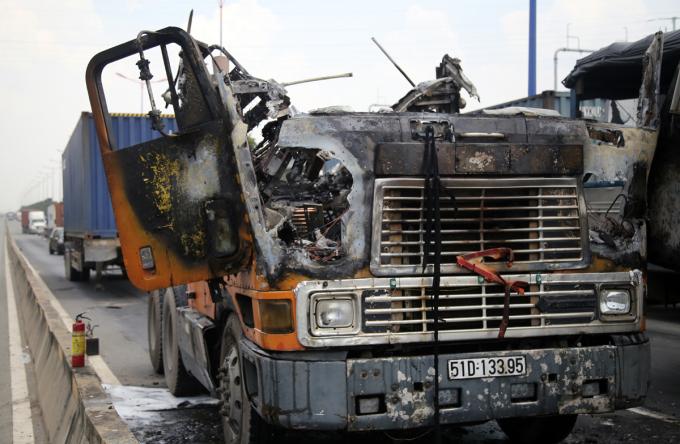 Đầu xe container sau khi được dập tắt lửa. Ảnh: Đình Vui.