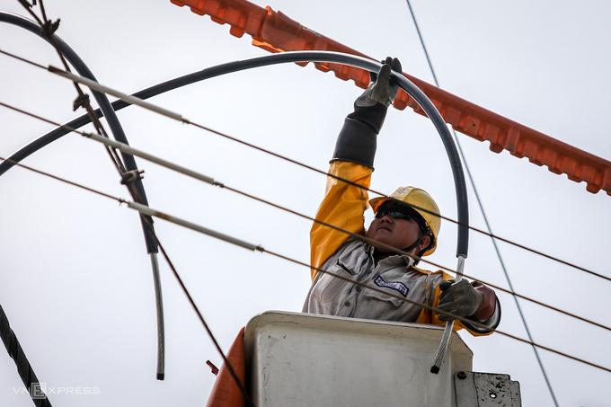 Công nhân Điện lực TP HCM sửa chữa đường dây. Ảnh: Thành Nguyễn.